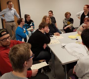 """Herbert Frings (li. stehend) und  Vanessa Koselowski (re. daneben) mit den Teilnehmern der Arbeitsgruppe """"Wohnen / Liebe und Partnerschaft"""" / Foto: Britta Grammel"""