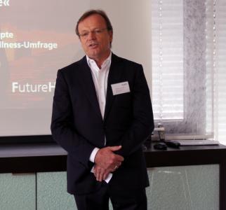 """Freut sich über die Anregungen für neue Produkte, die sich aus der """"FutureHotel""""-Studie ergeben: Stefan Schöllhammer, Geschäftsführer der Firma KLAFS – hier bei der Begrüßung der Teilnehmer der """"Zukunftswerkstatt"""" im """"House  of Sauna & Spa"""" am Firmensitz in Schwäbisch Hall. Foto: KLAFS GmbH & Co. KG"""