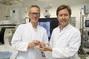 Dr Reinsch und Dr Neven mit dem Biomonitor III / Fotorechte: Alfried Krupp Krankenhaus