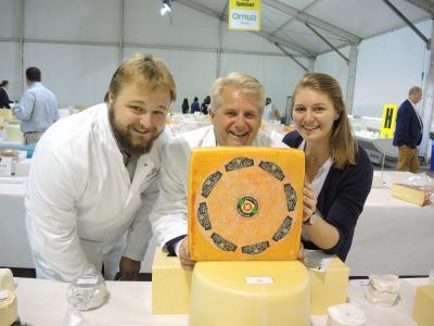 Andreas, Walo, Fabiola von Mühlenen mit dem Preisgekrönten Loie Chäs, ein 5 Monate affinierter Halbhartkäse.