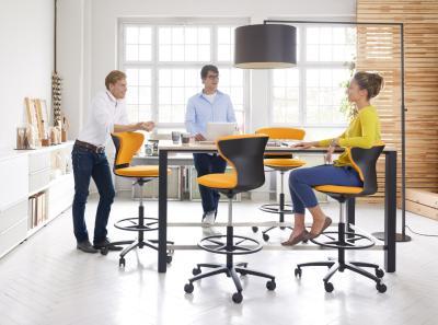 Auch Konferenzen müssen nicht in starrer Haltung stattfinden. Mittlerweile setzen viele Unternehmen auch bei Konferenzen auf mehr Bewegung, um gleichzeitig die geistige Leistung der Mitarbeiter zu fördern. Umsetzen lässt sich dies mit Möbeln, die die Sitzzeiten reduzieren und zu vermehrtem Stehen anregen. / Bild: Sedus/ AGR