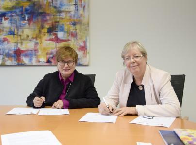 Jutta Wendland-Park (rechts), Rotenburger Werke der Inneren Mission e.V., und Hochschul-Rektorin Prof. Dr. Karin Luckey bei der Unterzeichnung des Kooperationsvertrages.