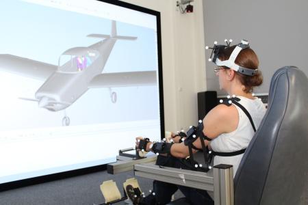 Für die VR-Simulation müssen die Piloten - mit zahlreichen Sensoren versehen - noch einmal ihre Original-Körperbewegungen aus den Testflügen nachahmen