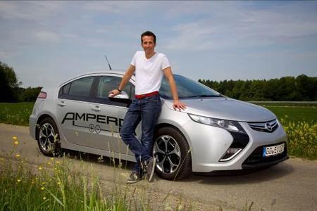 """TV Moderator Willi Weitzel gibt den Startschuss zur Aktion """" Friedrichshafen macht den 24-Stunden Elektromobilitätstest"""""""