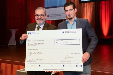 Jose Montero (links) von der Volksbank Rhein-Neckar eG bei der Übergabe des Förderpreises an den Preisträger Joachim Haun (rechts) / Foto: Rittelmann