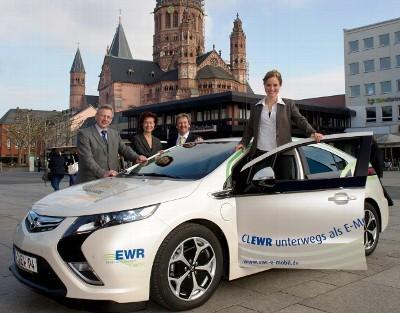 EWR übergibt Deutscher Weinkönigin neuen Opel Ampera