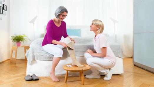 Therapeut in eigener Sache: Nach der individuellen Anpassung und entsprechender Anleitung kann der Patient die Kompressionsversorgung selbstständig anlegen