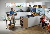 Die Küche tendiert immer mehr dazu, mit dem Wohnraum zu einem Ganzen zu verschmelzen und zum zentralen Treffpunkt jeder Wohnung oder jedes Hauses zu werden