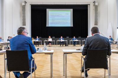Am Donnerstag, 24.6.2021, fand zum 19. Mal das Treffen aller Mitglieder der Kommunalen Arbeitsgemeinschaft (KAG) Dialogforum Airport Berlin Brandenburg statt. Hier wurde nichts Geringeres als die Grundlage für die Zukunft der Flughafenregion geschaffen.
