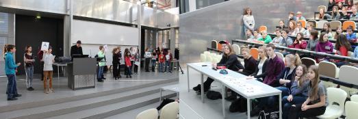 """Am Donnerstag, dem 22. Februar 2018, war die Technische Hochschule Wildau bereits zum zwölften Mal Gastgeber für den """"Tag der Naturwissenschaften"""" von Leistungs- und Begabungsklassen 6 aus den Landkreisen Dahme-Spreewald und Teltow-Fläming (Fotograf / Quelle: TH Wildau / Bernd Schlütter)"""