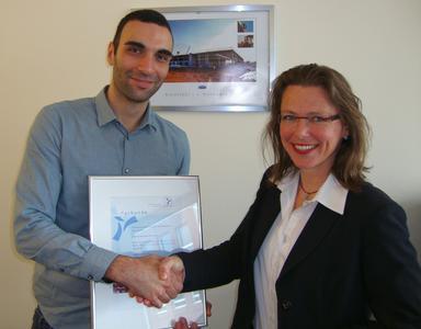 Dr. Diana Wehlau, Referatsleiterin Umweltinnovation und Kommunikation im Bremer Umweltressort, gratuliert Dominik Salehi von der Emotion Warenhandels GmbH zur Aufnahme in die Bremer Umweltpartnerschaft.