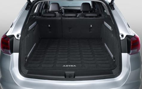 Wasserfest: Die Laderaumschale hält das Heckabteil des Opel Astra Sports Tourer auch bei Nässe sauber