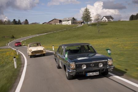Verfolgungsfahrt: Der neue Opel Insignia Grand Sport folgt seinen großen legendären Ahnen, dem 2millionsten Opel, einem vergoldeten Kapitän von 1956 und dem Lotus Omega bei der Fahrt durch Oberschwaben bei der Bodensee Klassik 2017