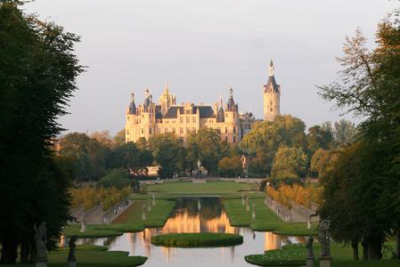 Die prachtvoll gefärbten Parkanlagen rund um das Schloss Schwerin schenken romantische Urlaubsmomente. Foto: Marieke Sobiech