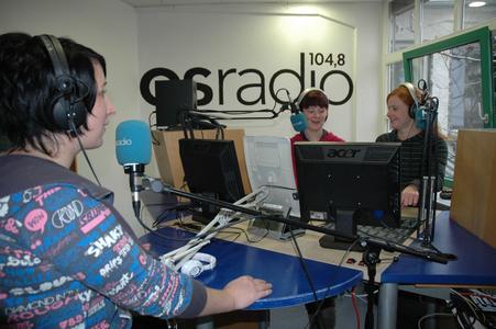 Proben für ihren ersten Auftritt im Radio: Rebecca Huntemann (vorne), Vanessa Mc Laughlin und Kerstin Matysik (hinten von links)