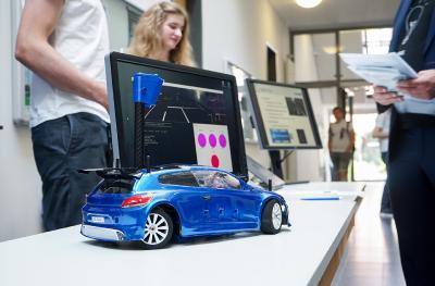 Für das studentische Modellauto OSCAR haben Studierende der Informatik und Elektrotechnik einen Simulator entwickelt. Er generiert aus dem Straßenverlauf Bilder, mit denen Trainingsdaten für Neuronale Netze erzeugt werden. (Foto: Hochschule Osnabrück / Elisa Stock)