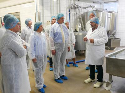 Geschäftsführer Klaus Eisenbarth führt andere Mitglieder des AMV (Marketinggesellschaft der Agrar- und Ernährungswirtschaft Mecklenburg-Vorpommern e.V.) durch seine Produktionsstätte (Foto: Änne Cordes)