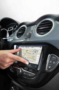 Familiar handling: The touch-sensitive 7-inch color touchscreen of the Opel IntelliLink system offers similar handling to a smartphone – the map size can be changed with a simple gesture