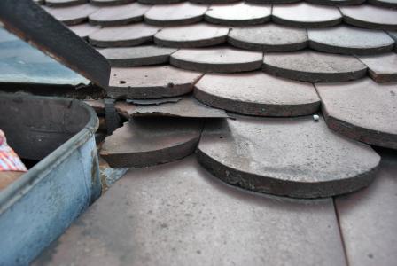 """Ein lange unentdeckter typischer Schaden, der erst beim DachCheck sichtbar wird, ist eine solche rundum verrostete Dachausstiegsluke. Sie kann beim nächsten Sturm zu einem gefährlichen """"Geschoss"""" werden."""