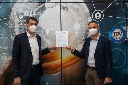 Top Arbeitgeber TÜV SÜD: Patrick Fruth (l.), CEO Division Mobility, und Markus Schwarzenböck, Global Head of HR, freuen sich über den automotive TopCareer AWARD