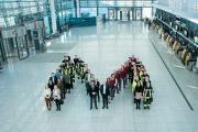 Ein Markenzeichen mit Anziehungskraft – Mitarbeiter der Flughafen München GmbH (FMG) formierten sich zusammen mit dem Vorsitzenden der FMGGeschäftsführung Jost Lammers (Mitte rechts) und Personalchef Dr. Robert Scharpf (Mitte links) zum bekannten Logo des Airports. In einem neuen bundesweiten Vergleich der besten Arbeitgeber belegt die FMG einen hervorragenden dritten Platz