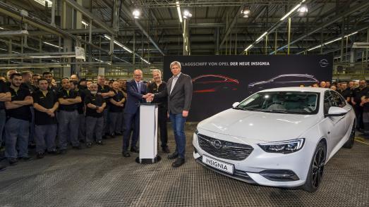 Los geht's: Opel-Chef Dr. Karl-Thomas Neumann, Werksleiter Michael Lewald, der stellvertretende Betriebsratsvorsitzender Uwe Baum (von links) und die Rüsselsheimer Mannschaft geben gemeinsam das Startsignal für die Serienproduktion des neuen Opel Insignia