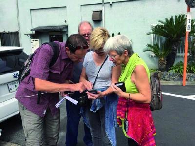 Besprechung mit Reiseteilnehmern, welche nahen Ausflugsziele noch zusätzlich besucht werden sollen.