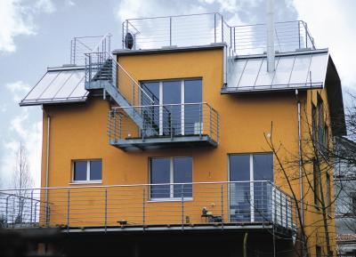 Nach der grundlegenden Sanierung und der Dämmung mit naturepluszertifizierten Dämmplatten der Firma Pavatex macht das farbig verputzte Haus nun wieder einen einladenden Eindruck