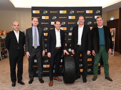 Nikolai Setzer, Vorstand für Reifen und Einkauf der Continental AG (Mitte) und Christian Prudhomme, Direktor der Tour de France (2. von rechts) mit Vertretern von Continental France bei der Vertragsvereinbarung zur Tour de France