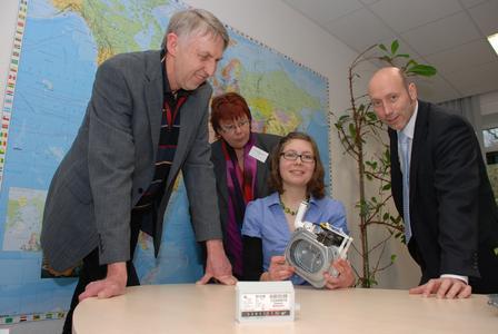Kathrin Ernst (Mitte) automatisierte in ihrem Praktikum ein Messprogramm, mit dem die Magnetcharakteristik der Magnetkupplung in Gaszählern ermittelt wird. Prof. Barbara Schwarze sowie Reinhard Brüggemann (links) und Volker Lotze (rechts) von der Firma Elster haben dieses Praktikum ermöglicht