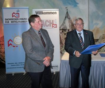 Thomas Bosch (li.) erhielt für 35 Jahre Meistertätigkeit den Goldenen Meisterbrief von Kreishandwerksmeister Achim Hanisch