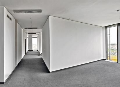 Die spitzwinklig zulaufenden Wände passen zu dem außergewöhnlichen Architekturkonzept