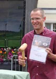 Im vergangenen Jahr schwang Bürgermeister Frederik Bewer selbst den Auktionshammer und ersteigerte auch einen Gutschein für sich / Foto R.Mundzeck