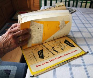 Walter Lüther hat alle Unterlagen zu seiner Erich-Klafs-Sauna von 1961 aufbewahrt. Viel Platz braucht er dafür nicht in seinem Aktenschrank, denn die Marathon-Sauna hat immer problemlos ihren wohltuenden Dienst verrichtet. Foto: KLAFS GmbH & Co. KG