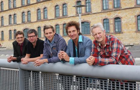 Heinz Rebellius (ganz rechts) hatte die Idee den Coversong am Institut für Musik umzusetzen. Produziert hat ihn Kurt Stolle, Student der Musikproduktion (Mitte), Foto: Julia Ludger