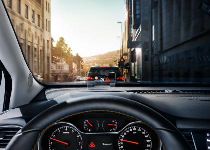 Die Augen auf die Straße gerichtet: Das optionale Head-Up-Display des Opel Crossland X zeigt Warnungen vor der Gefahr eines Auffahrunfalls ebenso im Blickfeld des Fahrers an wie Kenndaten zu Fahrtempo und Geschwindigkeitsbegrenzungen