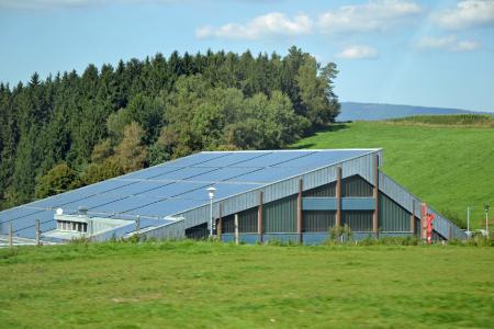 """Auch die Themen """"Energie & Umwelt"""" nehmen einen immer breiteren Raum bei der Dachdeckerausbildung ein"""