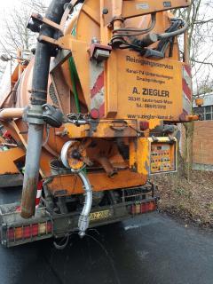Altöl-Havarie in Alsfeld: Die Arbeiten zur Reinigung des Regenkanals haben am Mittwoch sofort begonnen, Fotos: Wasserbehörde