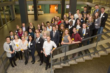 Hochschul-Präsident Prof. Dr. Andreas Bertram inmitten der Preisträgerinnen und Preisträger beim StudyUp Award 2016 / Foto: Swaantje Hehmann