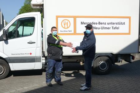 Christian Schneider (li.) von der Dachdecker-Innung Schwaben überreichte 300 Mund-Nase-Schutzmasken an Michael Simon (re.) von der Neu Ulmer Tafel.