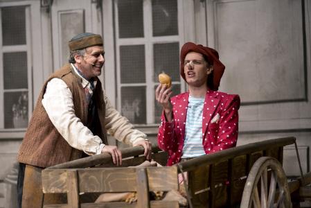 Raik Singer (Gepetto), Paul- Louis Schopf (Pinocchio. Fotograf: THOMAS BRAUN