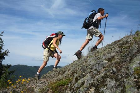 Schluchtensteig: Zwei Wanderer am Bildsteinfelsen (© Bichler/Schluchtensteig Schwarzwald )