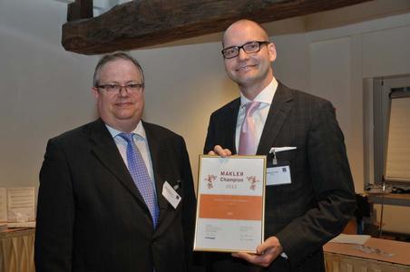 Matthias Pendl, Vertriebsdirektor der NRV (rechts) nimmt die Auszeichnung von Bernhard Rudolf, Chefredakteur Versicherungsmagazin entgegen