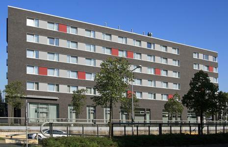 In großformatige anthrazit graue Meldorfer Verblender gehüllt, hat  das Wolfsburger TRYP-Hotel  nach der Sanierung der Gebäudehülle deutlich an Eleganz zugelegt, Foto: Caparol Farben Lacke Bautenschutz/Axel Schmidt-Adlung