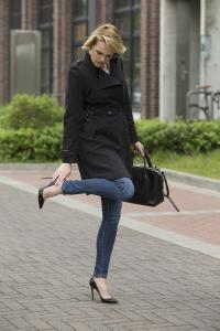 Wer High-Heels trägt, mutet dem Körper einiges zu – vor allem den Fußgelenken und Knien. Das Körpergewicht wird verlagert und Knie, Zehen und Füße werden stark belastet. / Bild: AGR