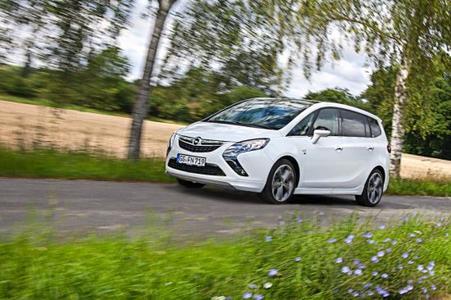 Opel erweitert das Angebot für den Zafira Tourer um eine neue Autogasversion mit einem 103 kW/140 PS starken 1.4 LPG Turbo ecoFLEX-Motor. Das Triebwerk bietet im kostengünstigen LPG- und im Benzinbetrieb neben der gleichen Leistung auch das gleiche Drehmoment von 200 Nm Drehmoment (1.850 – 4.900 min-1). Der Zafira Tourer deckt damit nun alle gängigen Kraftstoffarten in seinem Portfolio ab
