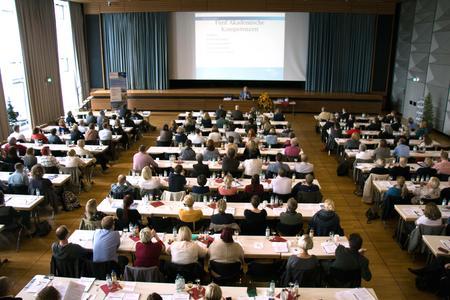 """Rund 200 Teilnehmer und Teilnehmerinnen kamen zum 12. Gesundheitsforum der Hochschule Osnabrück und diskutierten über """"Organisatorischen Wandel und Leadership in der Pflege."""""""
