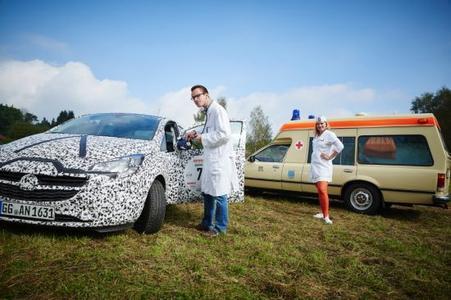 """""""Ärzte"""" auf Rädern bei der Creme21: Neuer Corsa in schwarzweißer Erlkönigtarnung wird vom Team des Opel Commodore Krankenwagen """"untersucht"""""""