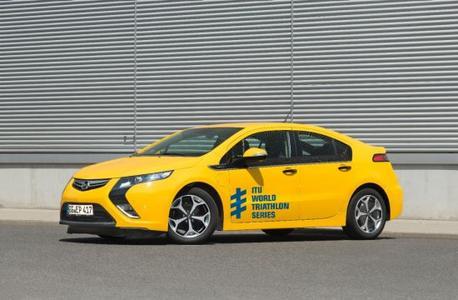 Der Opel Ampera ist das offizielle Führungsfahrzeug bei den drei finalen europäischen Stationen der ITU World Triathlon Series 2013
