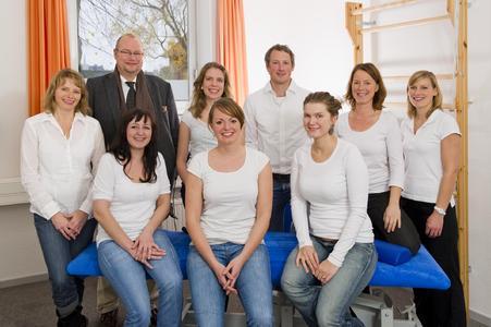 Mit Ausbildung und Studium doppelt qualifiziert: Die Physiotherapeuten des INAP/O unter der Leitung von Prof. Dr. Christoff Zalpour (2.v.l.)